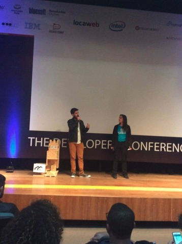 Victor Fragoso, estudante da UFABC e membro do ABC Makerspace, apresenta o projeto WikiLab no palco principal da TDC